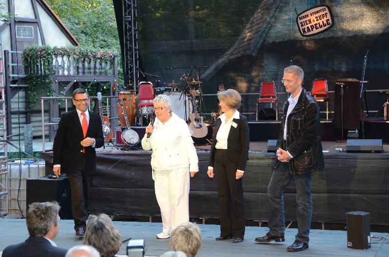 Hans Weller (Lotto B-W), Inge Grein-Feil (FsF), Helga Banz (Naturtheater) und Oliver Conradi (Heidenheimer Volksbank) bei der Eröffnung des Abends.