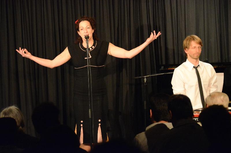 Kabarettistin Birgit Süß überzeugte mit ihrer kontrollierten Kessheit bei ihrem Auftritt in der ARCHE. Mit dabei hatte die Würzburger Kabarettistin und Sängerin den Pianisten