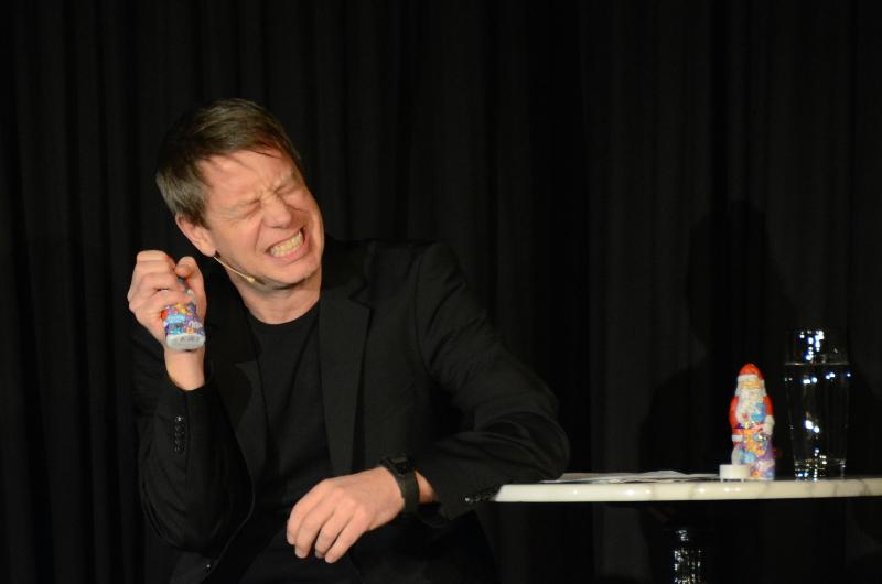 """Lustvolles Zerdrücken: Das Antlitz des """"Konsumterrors"""" machte Kabarettist Jess Jochimsen immer wieder symbolhaft bei den Schoko-Weihnachtsmännern aus, die er mit sadistischer Freude zerquetschte - direkt neben seinem Headphone."""