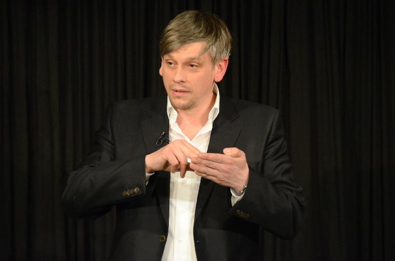 """Mokierte sich mit viel Witz über die bewusstseins-beherrschenden sozialen Netzwerke: """"Mathias Tretter möchte nicht dein Freund sein"""" hieß das treffende Kabarettprogramm in der Dischinger ARCHE."""