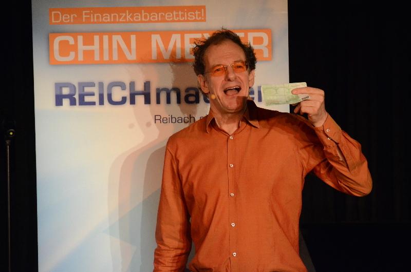 """""""Highway to Geld"""": Kabarettist Chin Meyer befasste sich in der ARCHE mit ansonsten eher unanschaulichen Themen."""