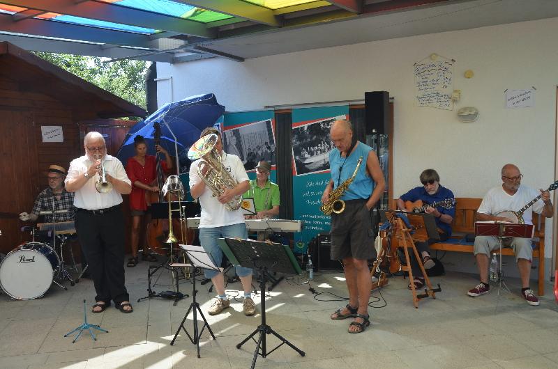 """Die """"Dixie-FreundeschaffenFreude-Benefiz-Session-Band"""" in großer Besetzung auf der ARCHE-Terrasse."""