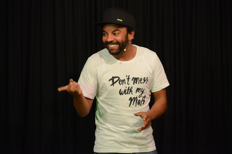 Hatte die Lacher auf seiner Seite: Der; Deutsch-Nigerianer und, bayerische Kabarettist Simon Pearce gastierte in der Dischinger ARCHE.