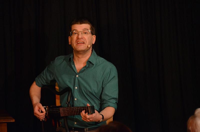 Kabarettist Nils Heinrich mit seiner Klappgitarre namens Justin.