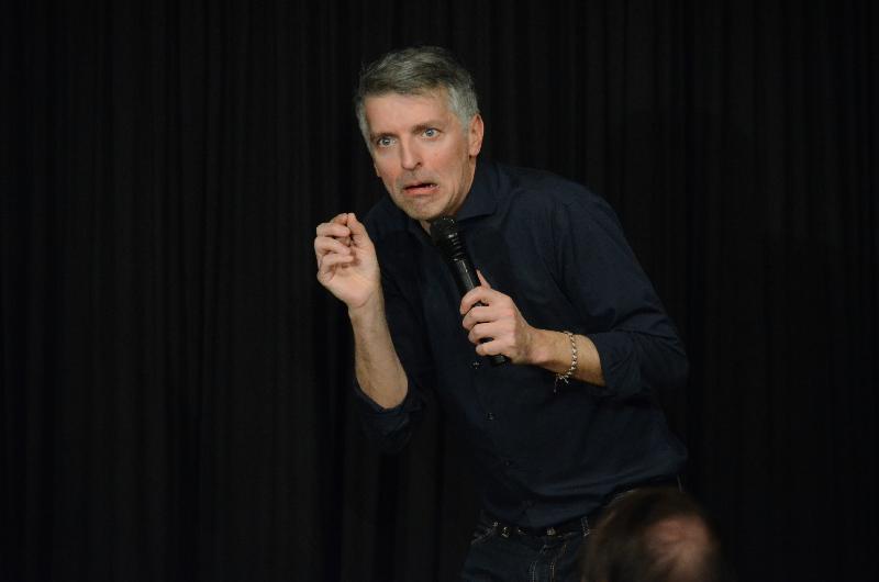 Mit beeindruckender Mimik zog Kabarettist Johannes Flöck das Publikum in seinen Bann. Die Selbstironie, die er in seine Ratschläge zum Altern packte, begeisterte in der ARCHE.