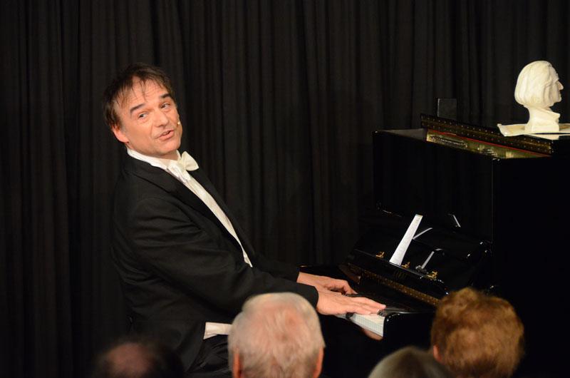 Armin Fischer brillierte in der ARCHE mit großartigem Humor und meisterlichem Klavierspiel und als letzte Zugabe spielt er von Frederic Chopin das Regentropfenprelude.