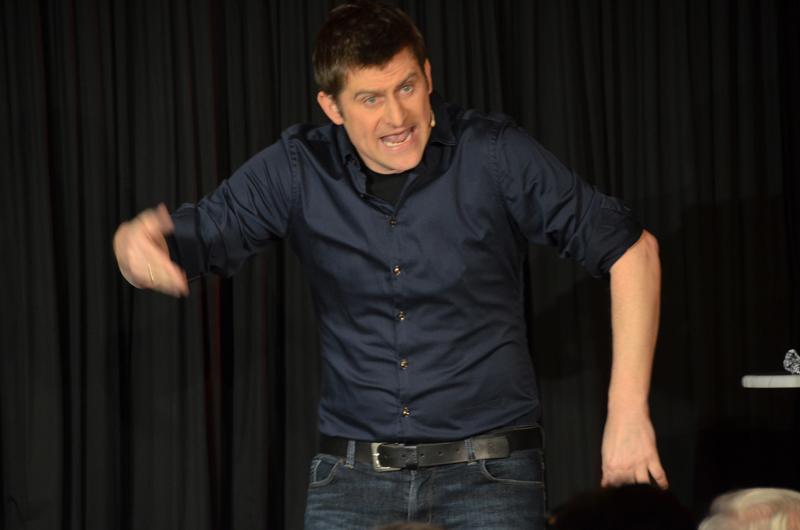 Intelligent und witzig präsentierte sich Kabarettist Michael Altinger bei seinem Auftritt in der ausverkauften Dischinger Arche.