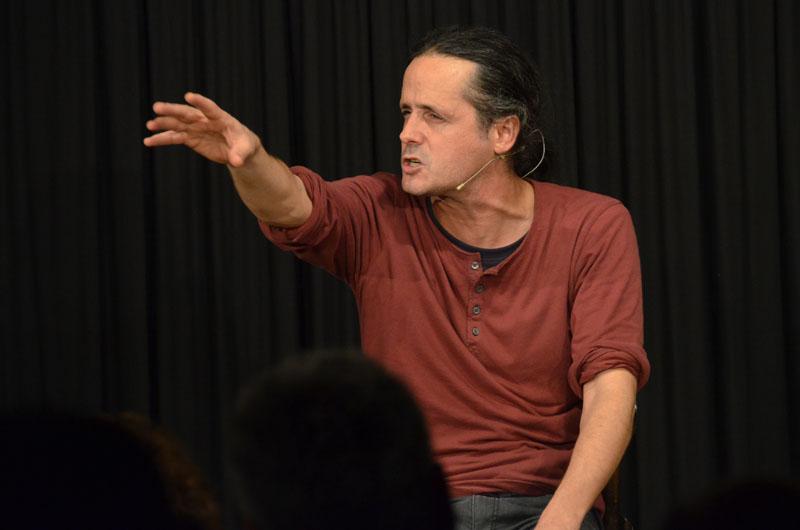 Kabarettist Philipp Weber redet wie ein Wasserfall. Dem Publikum in der ARCHE hat's gefallen.