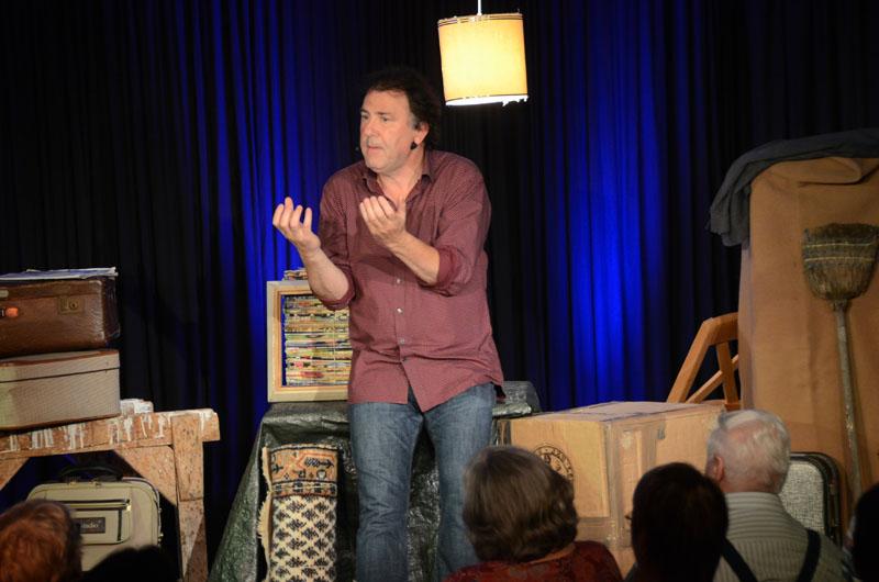 Kabarettist Stefan Waghubinger schimpfte über die Schwammerlsuppe seiner Mutter und servierte dem Publikum in der Dischinger Arche gleichzeitig ein kabarettistisches Gourmetmenü.