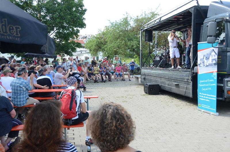 Von der Ladefläche eines Getränkelasters herab unterhielten Siggi Schwarz & Friends etwa 500 Musikbegeisterte beim Benefizkonzert für die ARCHE.