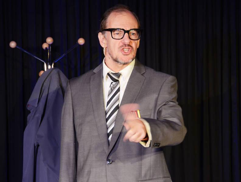 Jongliert gern mit Zahlen und peilt dabei schon auch mal über den Daumen: der Kabarettist Chin Meyer.