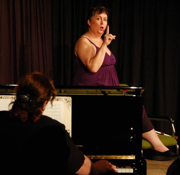 Keine Angst, die will nur spielen: Lizzy Aumeier (mit Tatjana Shapiro am Klavier) ist wohl das, was man unter einer Wuchtbrumme versteht – nicht nur was den Körper, sondern auch was Witz und Schlagfertigkeit angeht.
