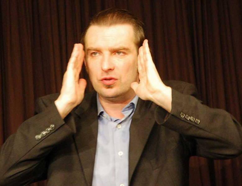Kein bisschen beschränkt ist Kabarettist David Leukert – nicht im Kopf und kaum in seinen Ausdrucksmöglichkeiten.