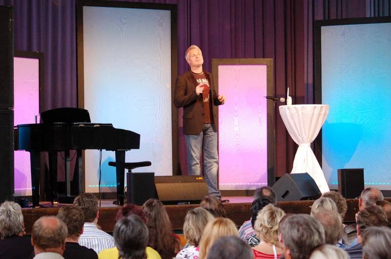 Viel Requisiten braucht der Kölner Comedian Guido Cantz nicht. Lässig stand er auf der Bühne der Egauhalle und reiht die Jokes aneinander. Er bietet flottes Entertainment; die anzüglich lauten Untiefen der Unterhaltung, die als