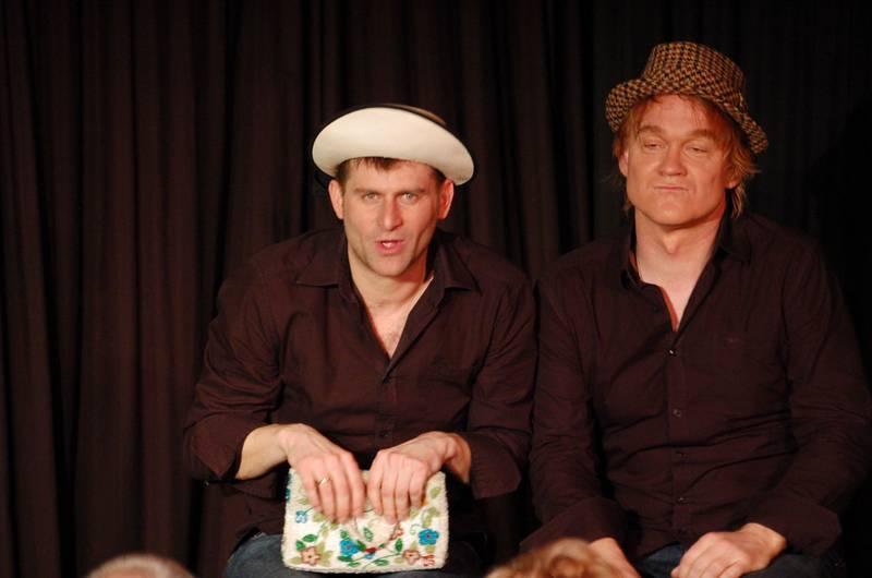 So platzen Hirsche: Die Kabarettisten Michael Altinger und Alexander Liegl (von links) gastierten in der ARCHE.