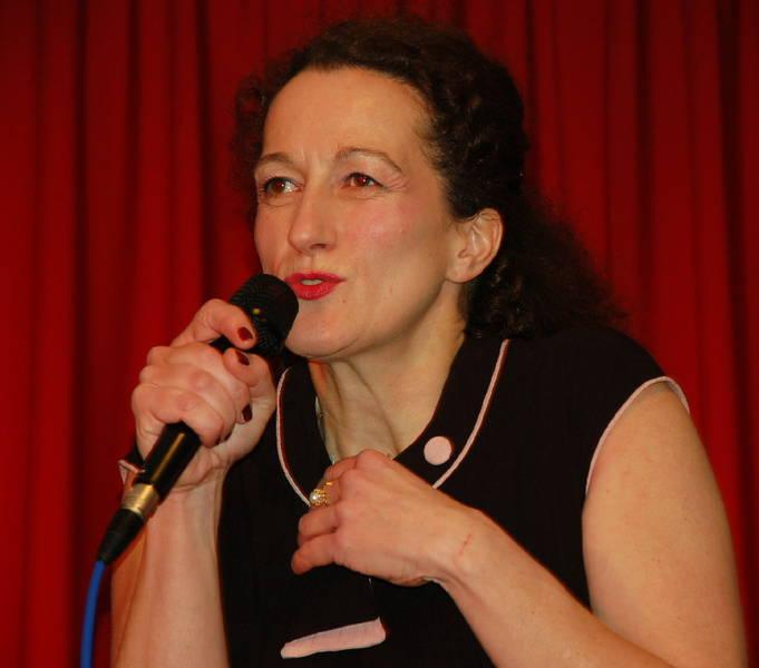 Fingerzeige in Dischingen: Birgit Süß in der ARCHE.
